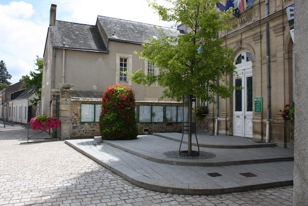 Place de la mairie à La Suze-sur-Sarthe